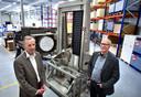 De voormalige eigenaar Albert van Bakel (l) en John de Smit bij een hefwerktuig voor chipmachines van ASML.