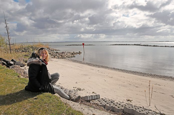Hennie Wiersma op het strandje dat afgesloten lijkt voor het publiek.
