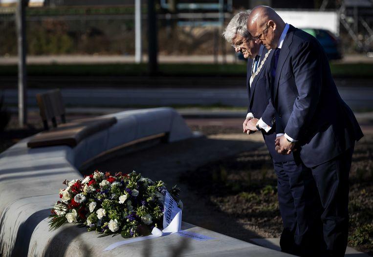 Burgemeester Jan van Zanen en minister Ferdinand Grapperhaus van Justitie en Veiligheid leggen bloemen neer op het 24 Oktoberplein, een jaar nadat hier de tramaanslag plaatsvond. Beeld ANP