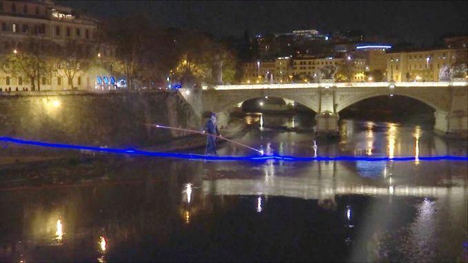 VIDEO: Koorddanser wandelt als eerste ooit rivier Tiber over in hartje Rome