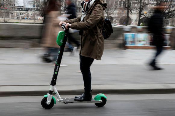 Een elektrische step in Parijs.