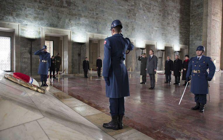 Minister van Buitenlandse Zaken Bert Koenders brengt een bezoek aan het mausoleum van Mustafa Kemal Ataturk tijdens zijn bezoek deze week. Beeld anp