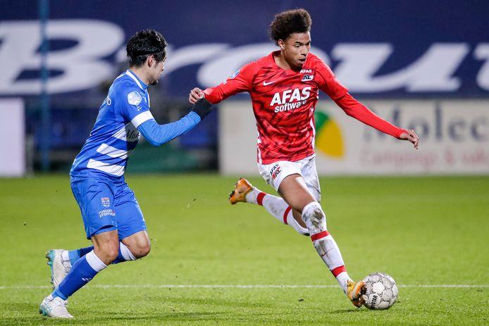 AZ-aanvaller Calvin Stengs (r) tijdens het uitduel met PEC Zwolle.