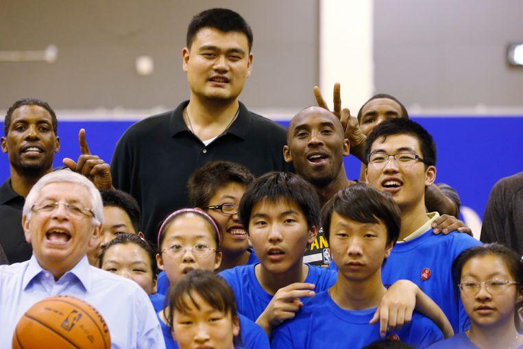 Yao Ming op archiefbeeld. Verder herkent u ook voormalig LA Lakers-vedette Kobe Bryant.