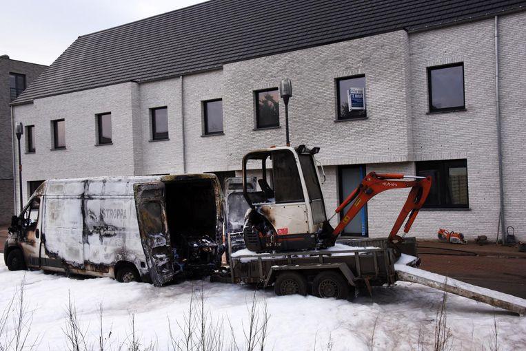 De bestelwagen en de graafmachine op de aanhangwagen zijn uitgebrand. Het vuur is geblust met schuim.