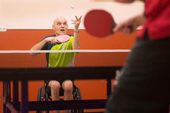 Gerald van Grunsven ,rolstoeltafeltennisser in actie in gemeenschapshuis 't Slotje te Herpen.