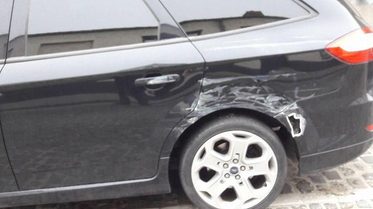 Ter hoogte van de achterwielen zit een groot gat in de carrosserie.
