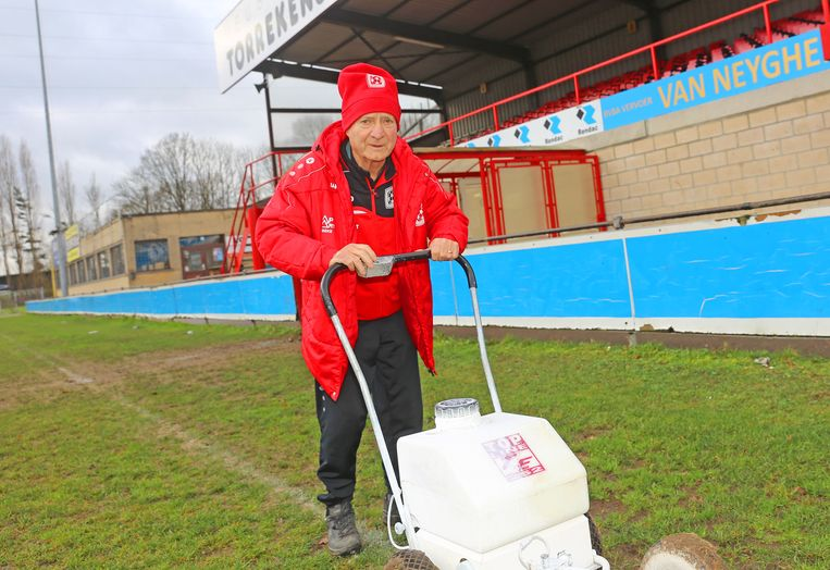 Claude Matelier aan de slag in het Bellekouterstadion van 'zijn club' Eendracht Hekelgem.