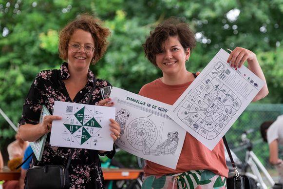 Liesbeth Haesevoets en Liesbeth Talboom van Studio Maria leren kinderen een zelfportret maken.