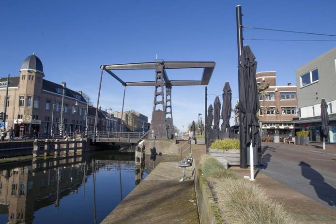 Het kanaal en de Kanaaldijk (links) vormen nu nog een kloof in het centrum van Helmond.
