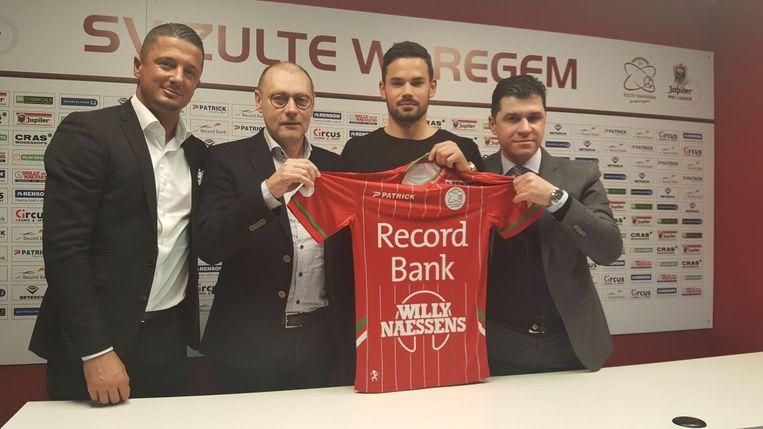 Marco Bürki poseert met CEO Eddy Cordier en makelaars Milos Malenovic en Frederico Avellino