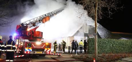 Grote brand in twee-onder-een-kap-woning met rieten dak in Uden