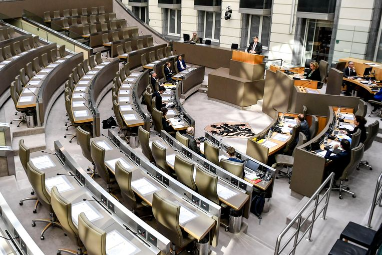 Enkel de fractieleiders en ministers waren vanmiddag fysiek aanwezig in het parlement.