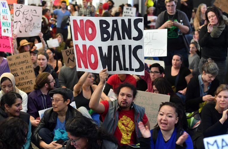 Demonstranten tegen het inreisverbod op het vliegveld van San Francisco. Beeld afp