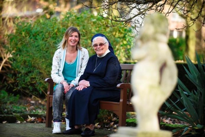 Loes Stoop en zuster Adelaide. Foto Marie Thérèse Kierkels/BeeldWerkt