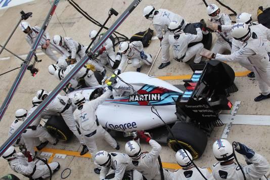 De monteurs van Williams vervangen de voorvleugel van Valtteri Bottas.
