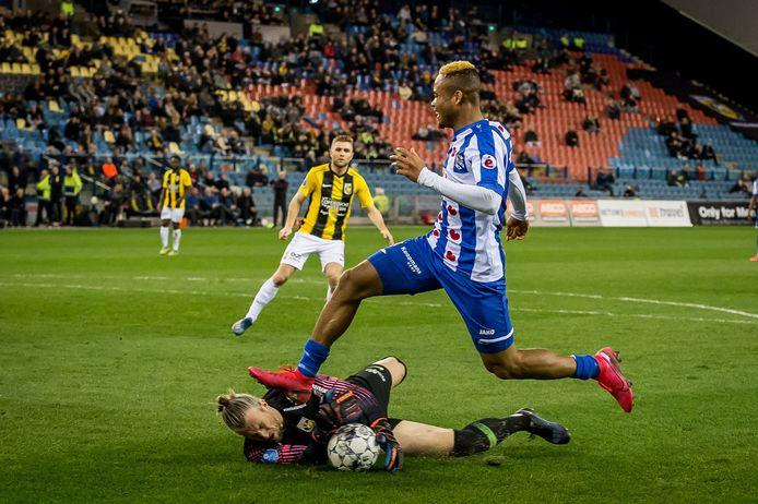 Remko Pasveer redt voor de deels gevulde tribune in GelreDome voor Vitesse, voordat Chidera Ejuke kan scoren voor Heerenveen.
