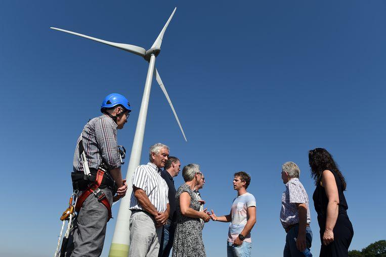 Enkelen van de 325 eigenaren van windmolen de Coöperwiek. Beeld Marcel van den Bergh