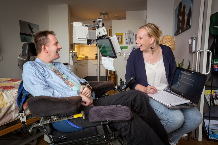 Paul Trossèl en neuropsycholoog Femke Nijboer. Met een reflecterende stip op zijn voorhoofd kan Trossèl een computer aansturen. Beeld Jorgen Caris