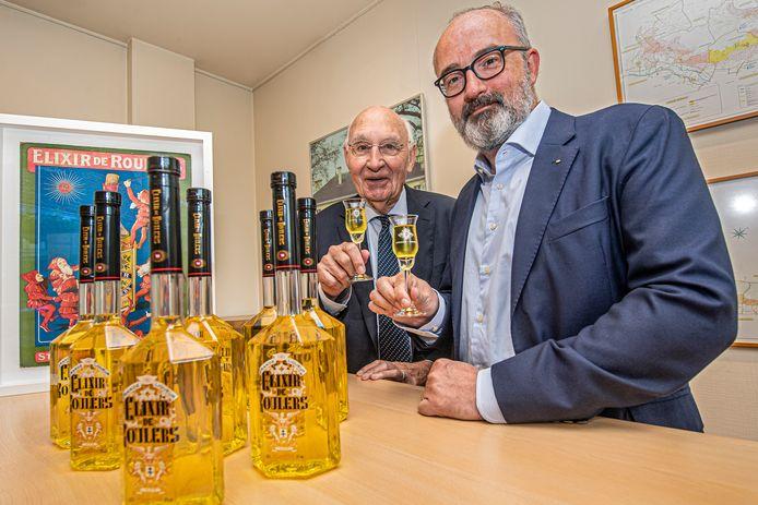 Vader René en zoon Jean-Pierre Vyncke klinken met een Elixir de Roulers.