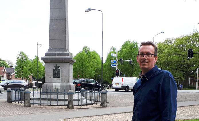 Jeroen Pol bij de Naald in Apeldoorn, waar hij verslag deed toen er een aanslag werd gepleegd op het koninklijk huis.
