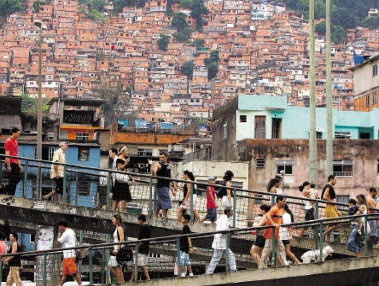 Sloppenwijk Rocinha aan de westkant van de Braziliaanse miljoenenstad Rio de Janeiro. ( FOTO AFP) Beeld AFP