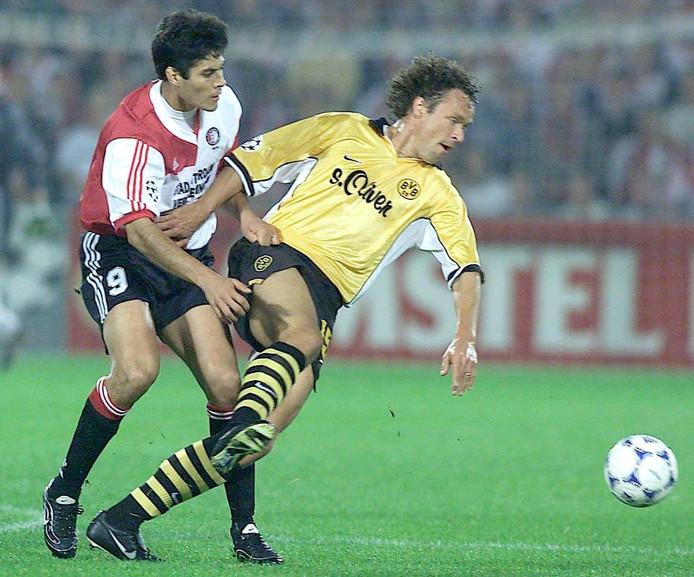 Alfred Nijhuis namens Borussia Dortmund in duel met Feyenoords Julio Ricarco Cruz.