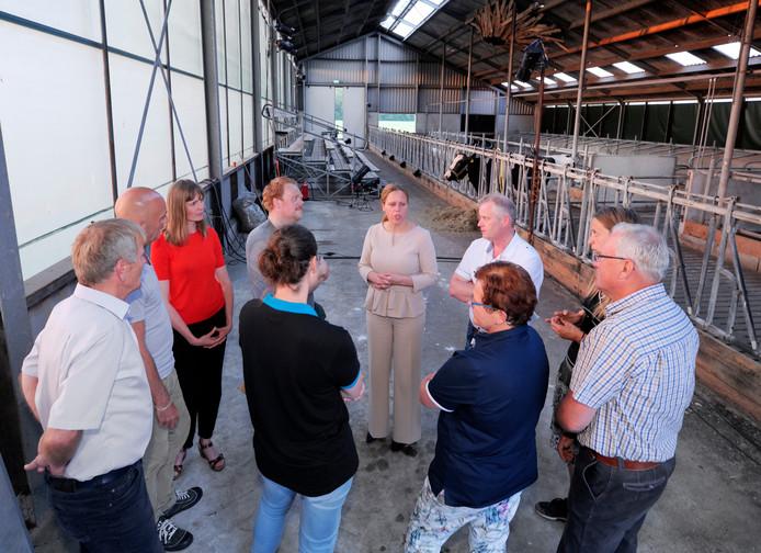 Minister Carola Schouten (midden) in gesprek met regisseur Jos van Kan, acteur Fabian Jansen, initiatiefneemster Dinanda Luttikhedde en vertegenwoordigers van LTO Noord en ZOB-Oost.