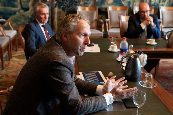 Rob Almering (voorgrond) over de aanbevelingen die zijn gedaan door Johan van Kastel (links achter). Burgemeester Jack Mikkers (rechts).