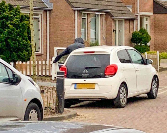 Na de worsteling met de overvaller in Hoogeloon weet de dochter des huizes nog een foto te maken van de vluchtauto met de instappende overvaller. De politie is nog naar de Citroën op zoek.