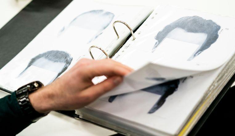 Petra Donders tekent aan de hand van aanwijzingen het gezicht van Volkskrant-verslaggever Tjerk Gualthérie van Weezel. Beeld Freek van den Bergh / de Volkskrant