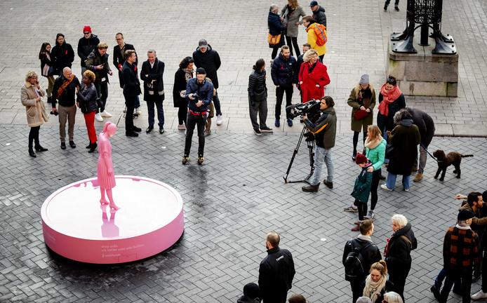 Het 3D geprinte standbeeld van het Aidsfonds tijdens de onthulling op het Beursplein. Het beeld laat iedere 40 seconden een traan en is onthuld ter ere van Wereldaidsdag.