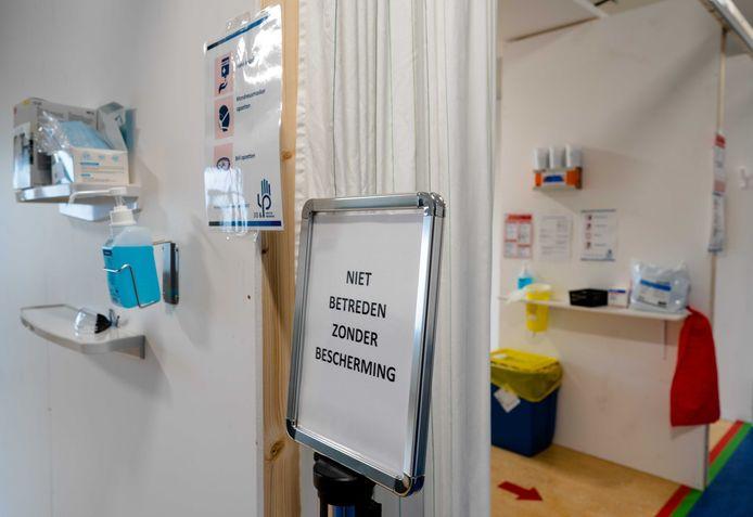 Maatregelen om bezoekers, patienten en medewerkers afstand te laten houden vanwege het coronavirus, in het Leids Universitair Medisch Centrum (LUMC).