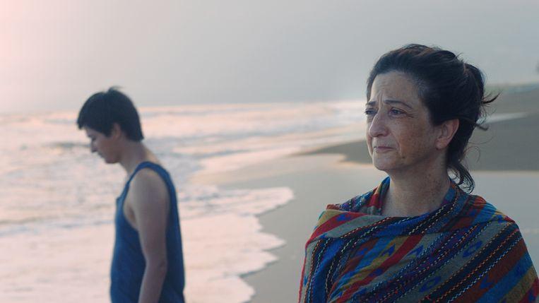 Ernesto (Armando Espitia) en zijn moeder Christina (Emma Dib) in het ingetogen Guatemalteekse  drama Nuestras madres.  Beeld