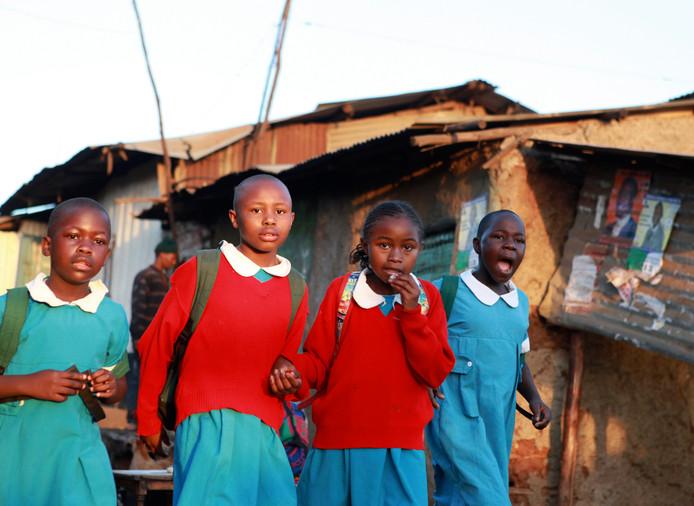 Fillettes sortant de l'école au Kenya.