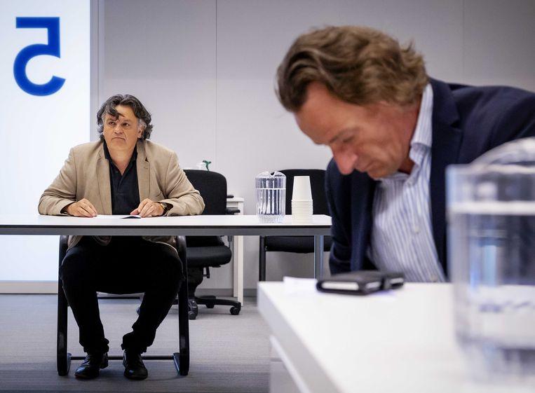 Ab Gietelink en jurist Jeroen Pols van Viruswaarheid in de rechtbank, tijdens het kort geding over de mondkapjesplicht in Amsterdam. Beeld ANP