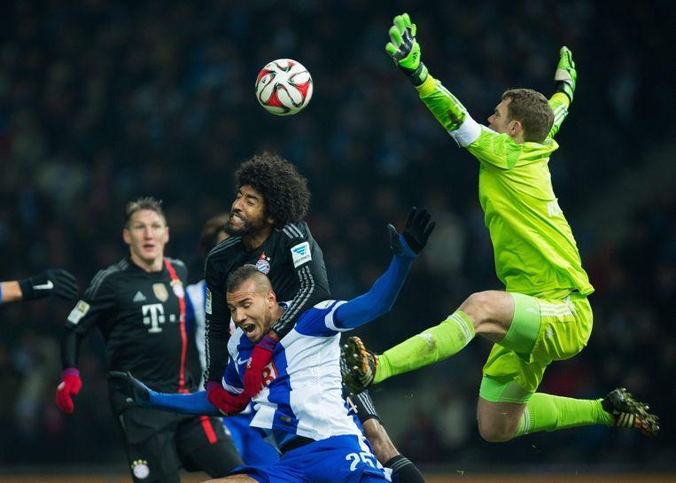 Bayern-keeper Neuer in actie tijdens het duel tegen Hertha. Beeld epa