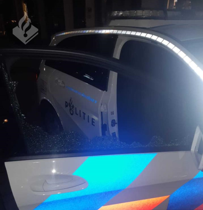 Op Facebook deelde de politie een foto van het vernielde voertuig.