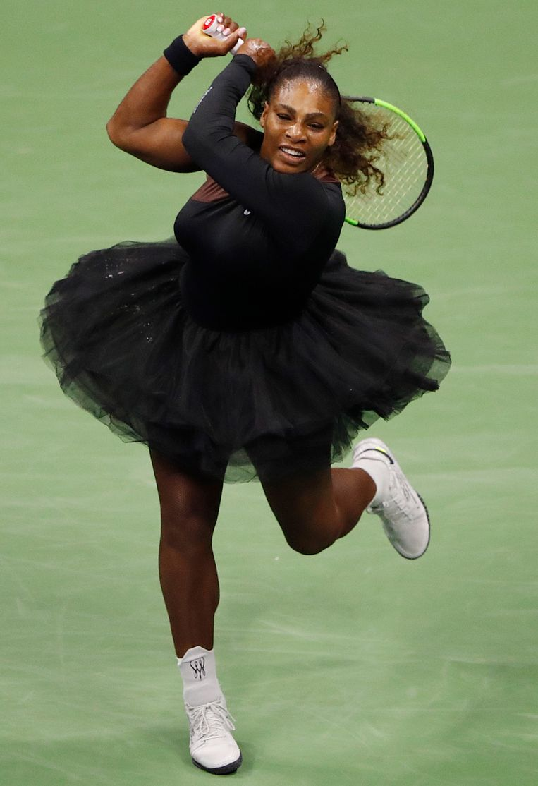 Serena Williams tijdens de US Open in haar zwarte tutu ontworpen door Virgil Abloh, artistiek leider van Louis Vuitton. Beeld EPA