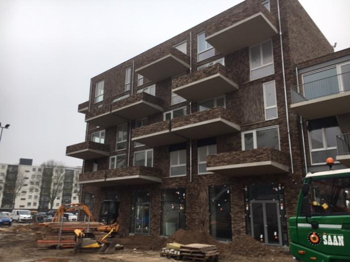 De nieuwe appartementen aan de zuidzijde van het plein zijn recent opgeleverd.