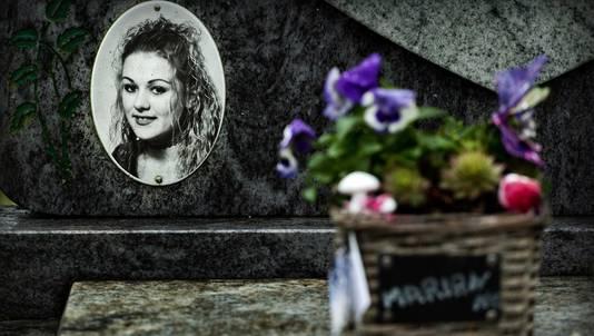 Bloemen bij het graf van Marianne Vaatstra.