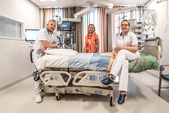 Directeur Hilders (midden) spreekt namens het personeel van Reinier de Graaf haar bezorgdheid uit over de corona-ontwikkelingen. Ook op de foto IC-verpleegkundigen Marc Bosman en Bibi Bosman (geen familie).