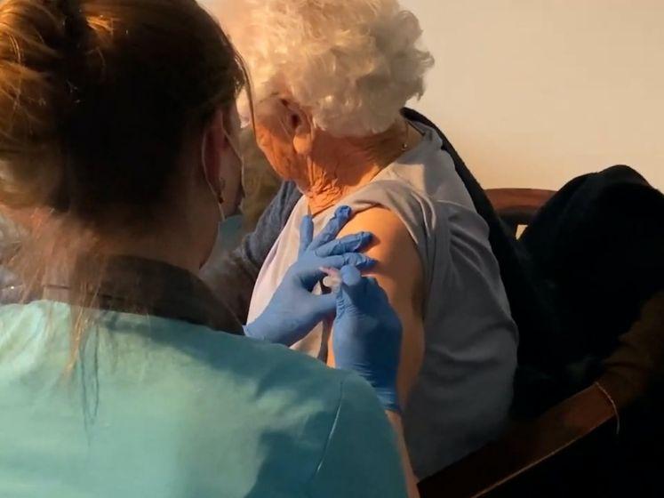 Zo werd de de eerste verpleeghuisbewoner in Twente ingeënt