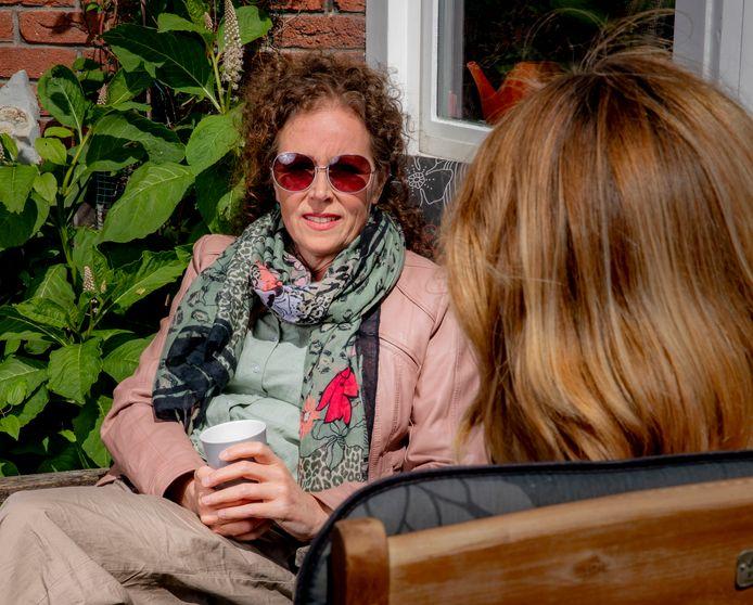 De vrouw op het bankje, het voortuinbankje. Suzanne had niet verwacht ze nu al moet terugkijken.