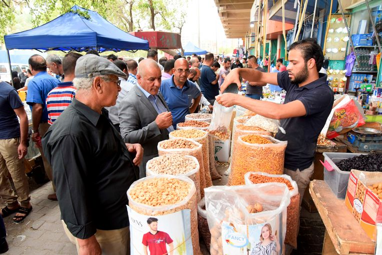 Een kraam met noten en rozijnen in de bazaar in het centrum van Bagdad. Beeld Munaf al-Saidy