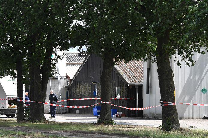 Begin juni. Aan de Tweede Stichting in Landhorst worden nertsen geruimd.