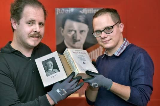 Has van Goethem (links) en Rense Havinga met een Mijn Kamp met Thomas Mann in de rug.