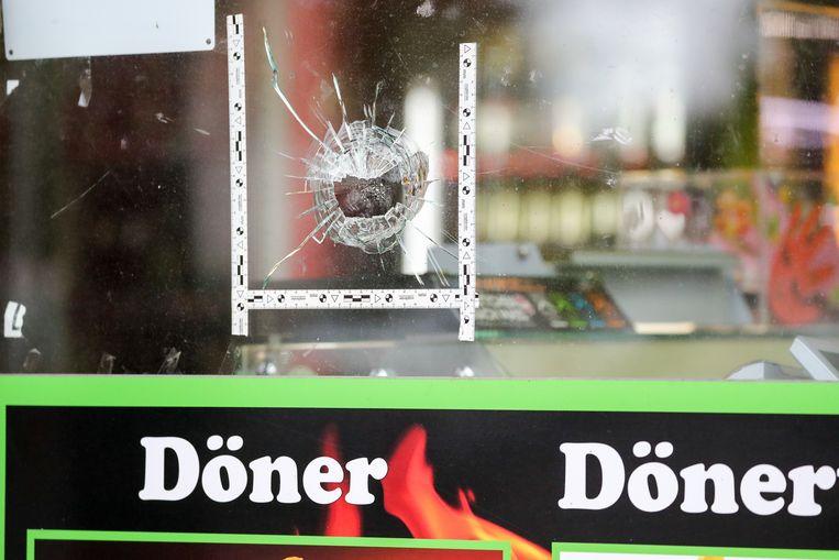 Kogelgat in het raam van een kebabzaak.