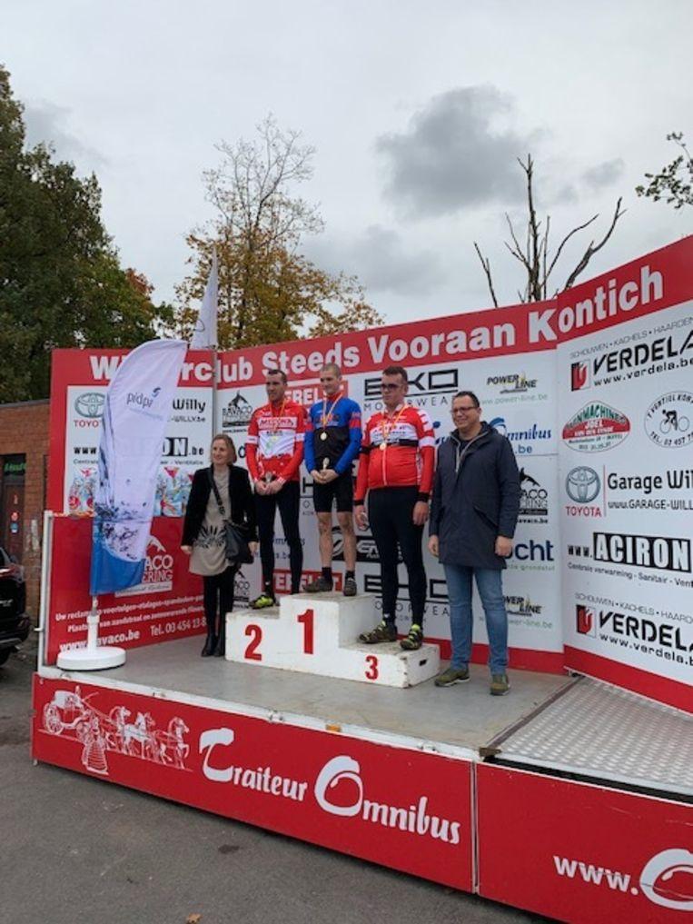 Winnaars met schepenen Marleen Van den Eynde links en Wim Claes rechts