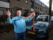 Eigenaar elektrische auto moet elke dag op zoek naar laadpaal: 'Dichtste bij is op 100 meter, maar die is bezet'